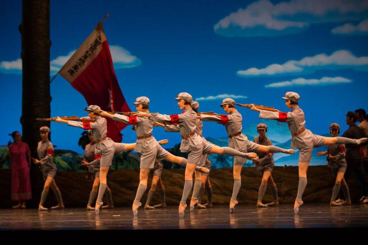 The cast of The Red Detachment of Women dancing