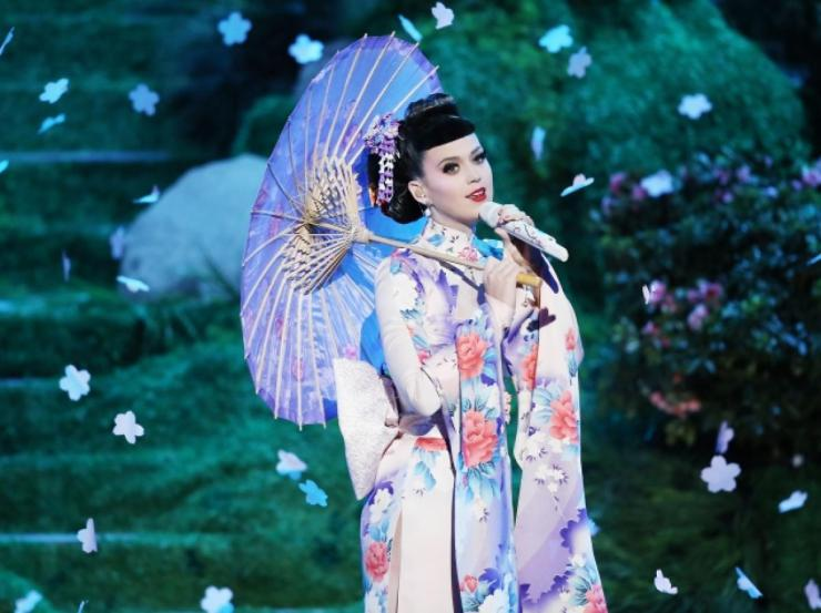 Katy Perry singing onstage of the AMAs